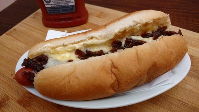 sanduíche de linguiça defumada