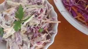 salada coleslaw de repolho roxo e cenoura