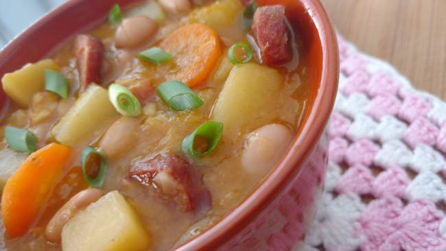 feijão suculento com legumes e calabresa