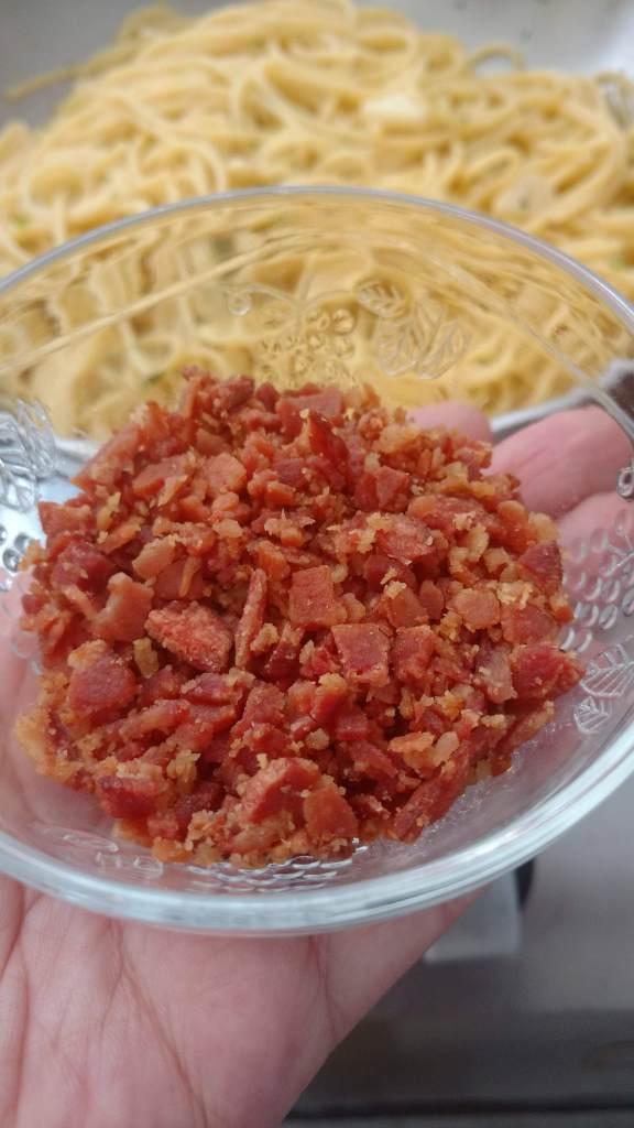 espaguete alho e óleo com farofinha de bacon