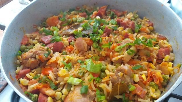 galinhada de legumes com calabresa e bacon