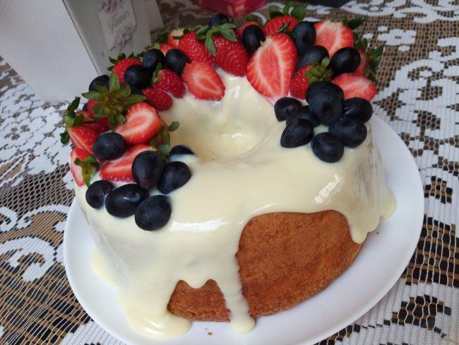 bolo de limão festivo, bolo simples batido a mão com cobertura deliciosa