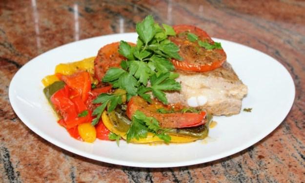 Печени свински ребра със зеленчуци на фурна