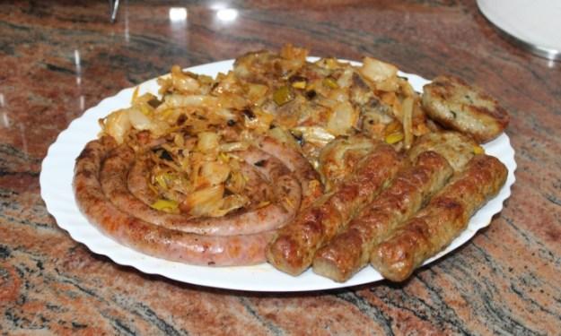 Задушени пържоли и още видове месо в кисело зеле. Невероятно вкусно.