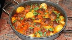 Печени кюфтета с картофи в доматен сос