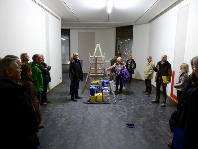 Bauleiter Reinhard Sonntag informierte die ehrenamtlichen Domwächterinnen und -wächter über den Stand der Arbeiten in der neuen Domschatzkammer. Foto: DVM