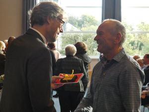 Bürgermeister Michael Jäcke (l.) überreichte die Ehrenamtskarte NRW an Andreas Kresse für dessen großes ehrenamtliches Engagement im Dombau-Verein Minden. Foto: DVM