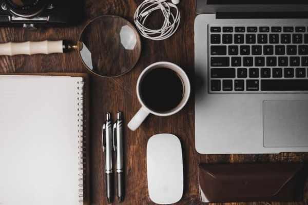 Koffiemok op een bureau