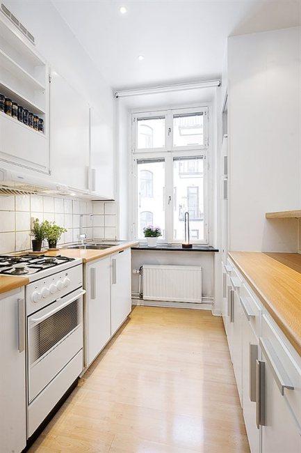 Jasna i przestronna kuchnia w małym apartamencie