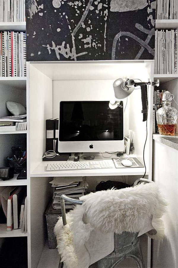 Miejsce do pracy w czarno białym mieszkaniu