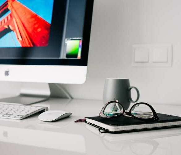 monitor, okulary, notes, biurko