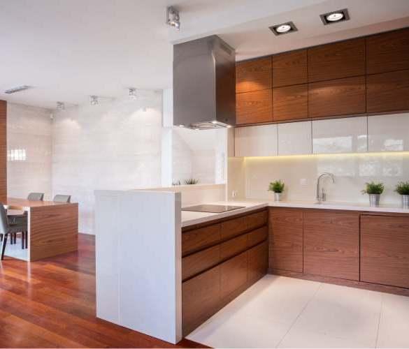 drewniana kuchnia, połączenie bieli z ciepłym drewnem