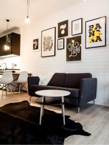 mały loft, salon, dywan ze skóry, biała cegła