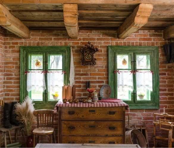 wnętrze z cegłą, zielone okna, drewniany strop