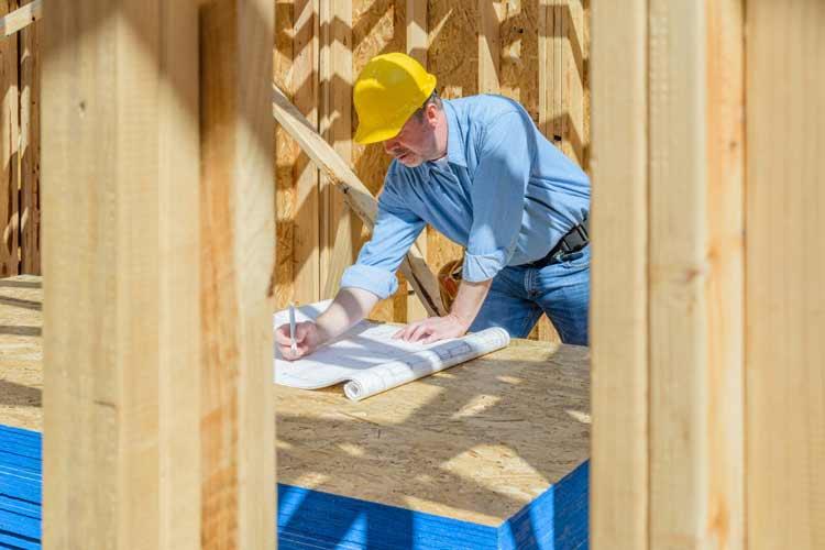 mężczyzna w kasku, budowa