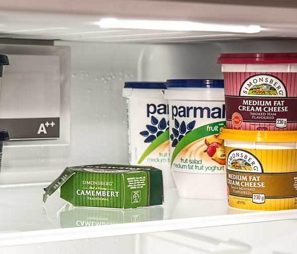 półka w lodówce z artykułami spożywczymi