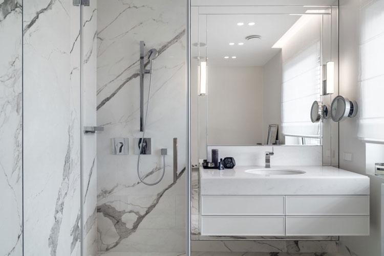 łazienka z prysznicem wykończona białym marmurem