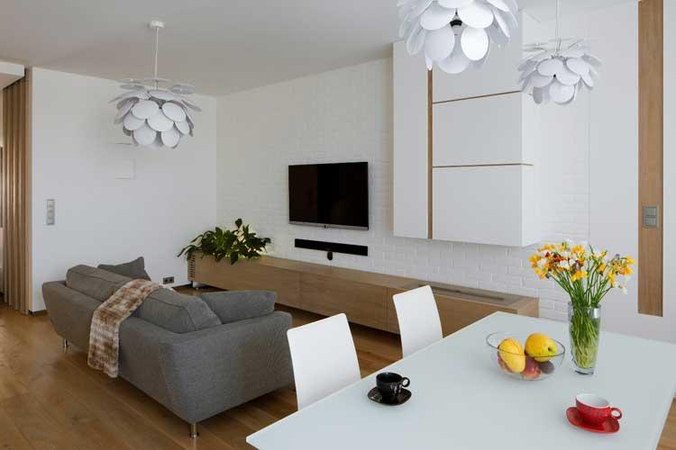 salon z jadalnią, szara sofa, biały nowoczesny stół, białe krzesła
