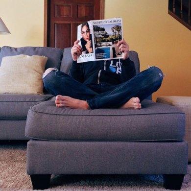mężczyzna czytający gazetę na narożniku