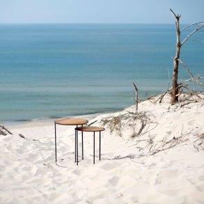 designerskie stoliki umieszczone na piaszczystej plaży.