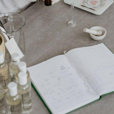 stół z przyborami w salonie kosmetycznym