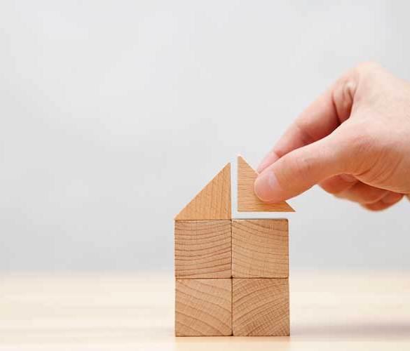 domek zabawka stawiany z drewnianych elementów