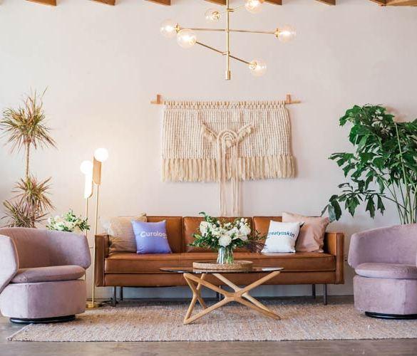jasny salon z sofą i dwoma fotelami