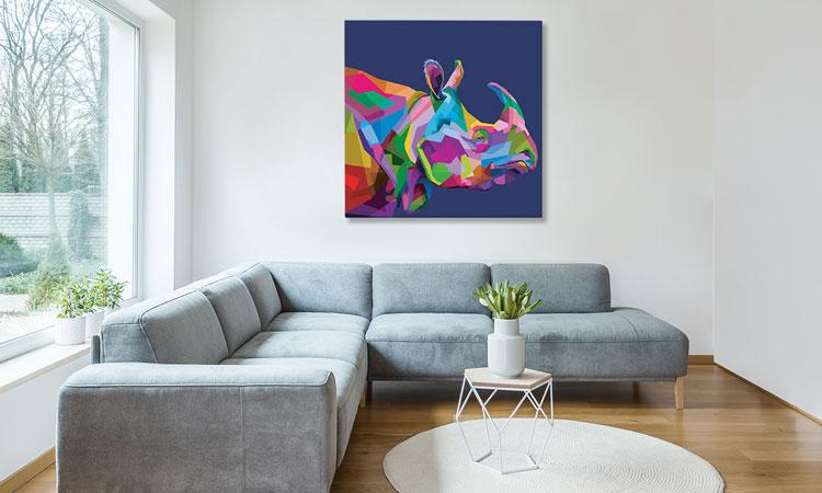 salon z nowoczesnym obrazem przedstawiającym nosorożca