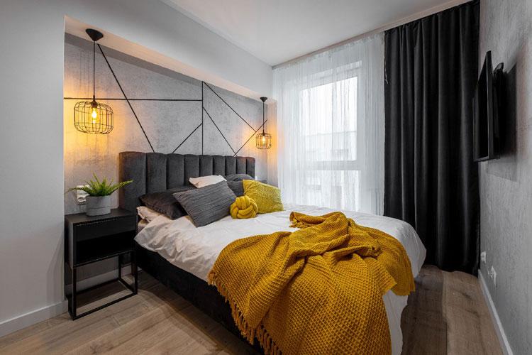 Sypialnia z szarym łóżkiem