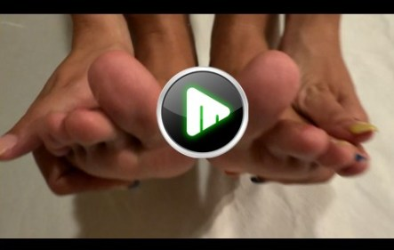 jugando con pies y manos