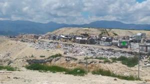 contenedores de basura en relleno sanitario