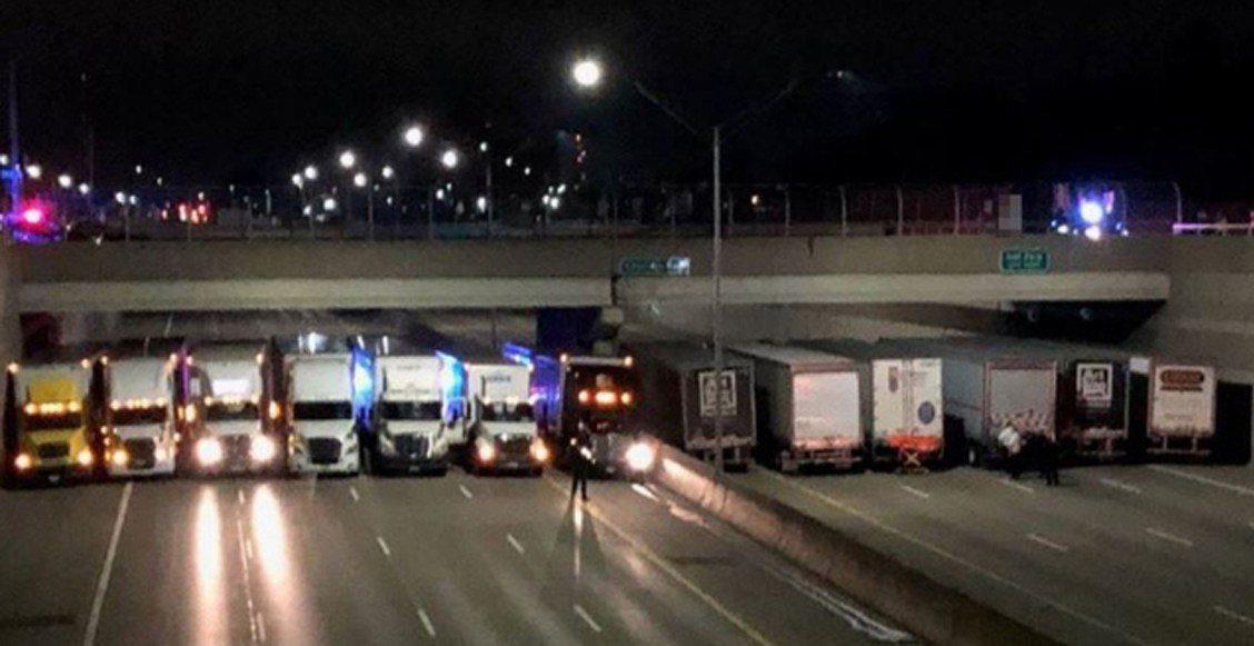 #WOW : ¡Héroes anónimos! 13 traileros se formaron debajo de un puente para impedir un suicidio