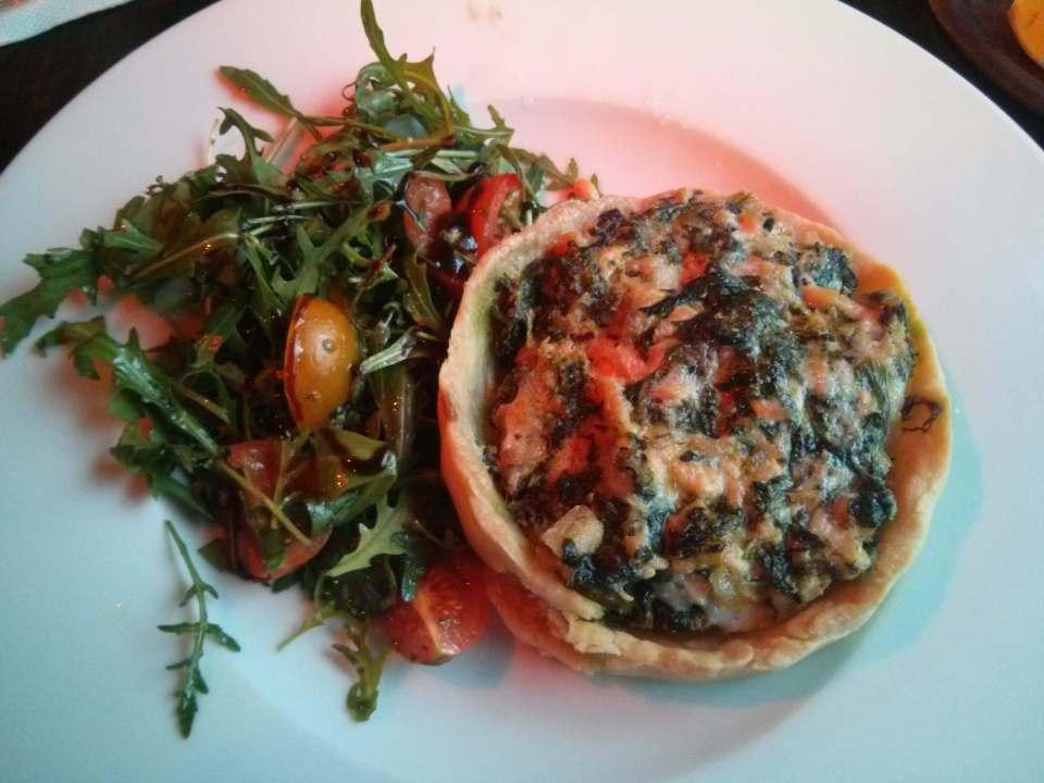 Köstliches Lachs-Quiche mit Rucola-Tomatensalat