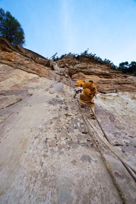 Moines accédant au monastère de Debre Damo, nord de l'Éthiopie.