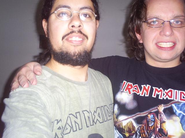 Roberto kaj mi uzante niajn cxemizojn de Iron Maiden