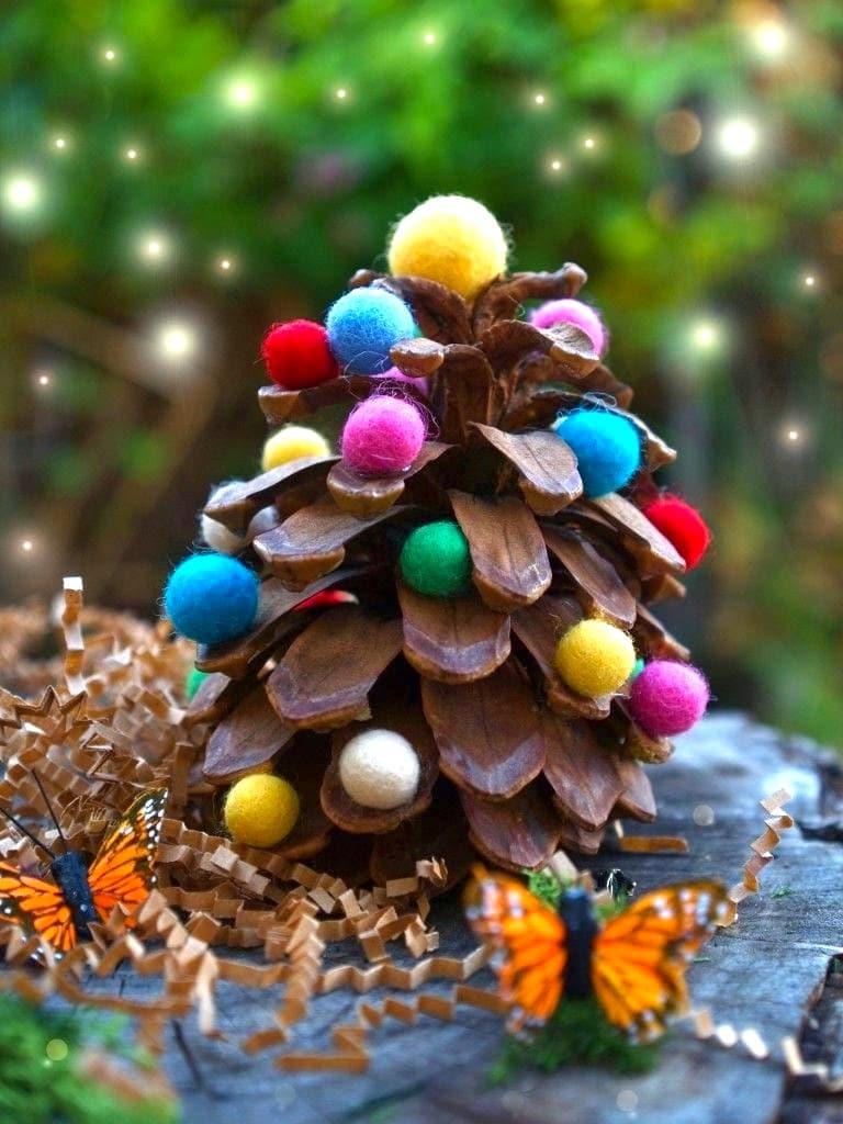 Орман соққысы ашық түстерді ойнағаны үшін, киізден көп түрлі-түсті шарларды қолданыңыз
