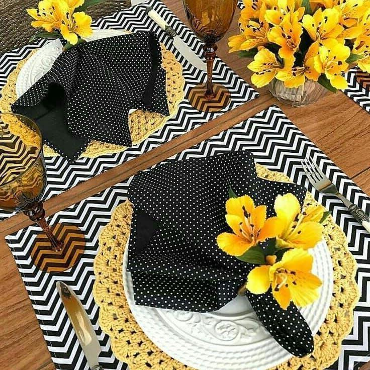 A fényes árnyalatok tökéletes kombinációja az asztali dekorációban