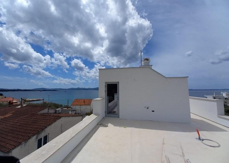 Byt se střešní terasou, výhledem na moře nedaleko pláže