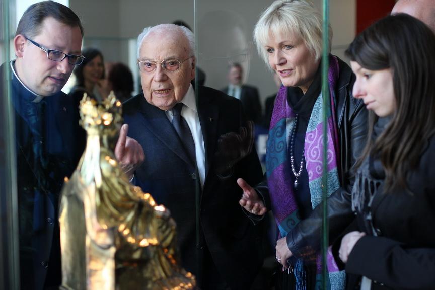 Viele Ehrengäste konnten bei der feierlichen Eröffnung den neuen Domschatz Minden bewundern. Darunter Altpropst Paul Jakobi (2. v. l.). Foto: DVM/Alexander Lehn