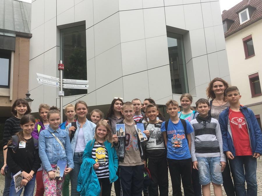Kinder aus Minsk besichtigten mit ihren Betreuerinnen den Domschatz Minden. Foto: DVM
