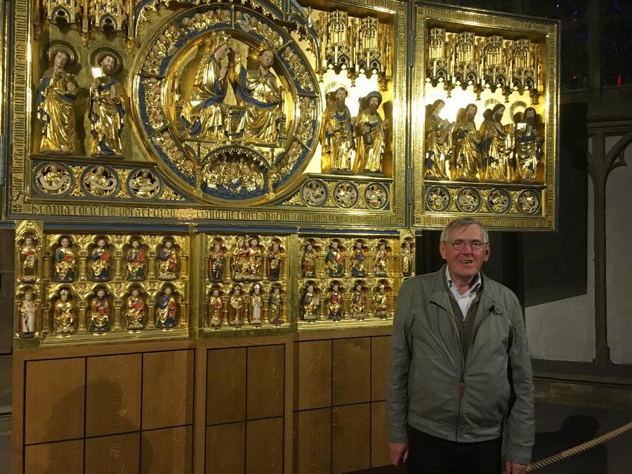 Der Berliner Diplom-Restaurator Dr. Dieter Köcher nahm die Rekonstruktion der Goldenen Tafel im Mindener Dom erneut in Augenschein, um bei seinen Nachforschungen weitere Schlüsse ziehen zu können. Foto: DVM