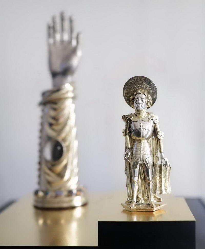 Eine Statuette und ein Reliquienarm des Heiligen Gorgonius ist im Domschatz Minden ausgestellt. Foto: DVM/Alex Lehn