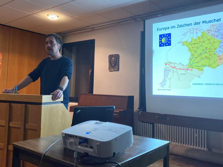Der Soziologe Christian Kurrat von der FernUniversität Hagen berichtete im Haus am Dom über die moderne Pilgerforschung. Foto: DVM/Amtage