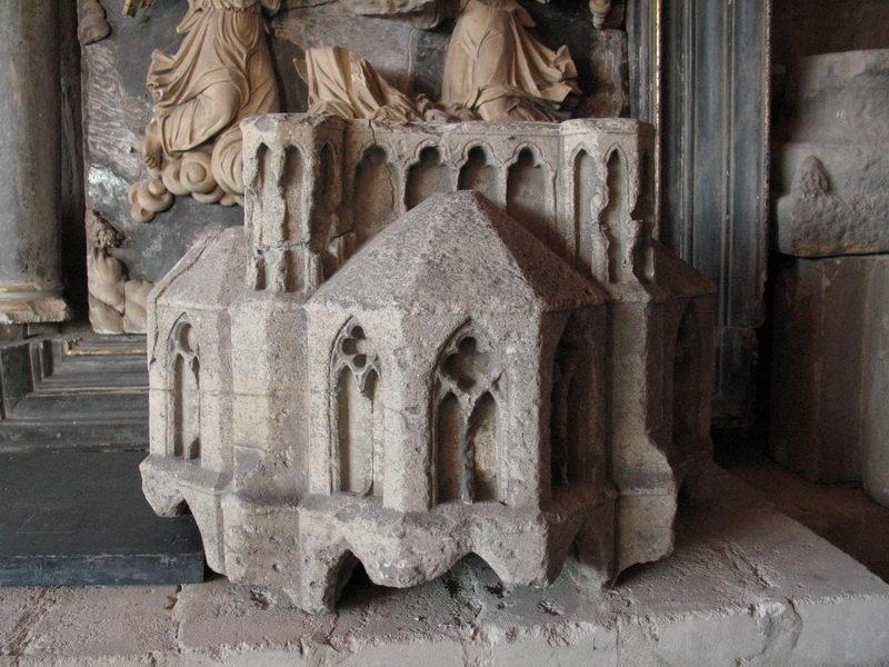 Der steinerne Baldachin aus dem 13. Jahrhundert zierte einen Freipfeiler im Dom zu Minden und wird in Kürze im Domschatz Minden zu sehen sein. Foto: DVM/Amtage