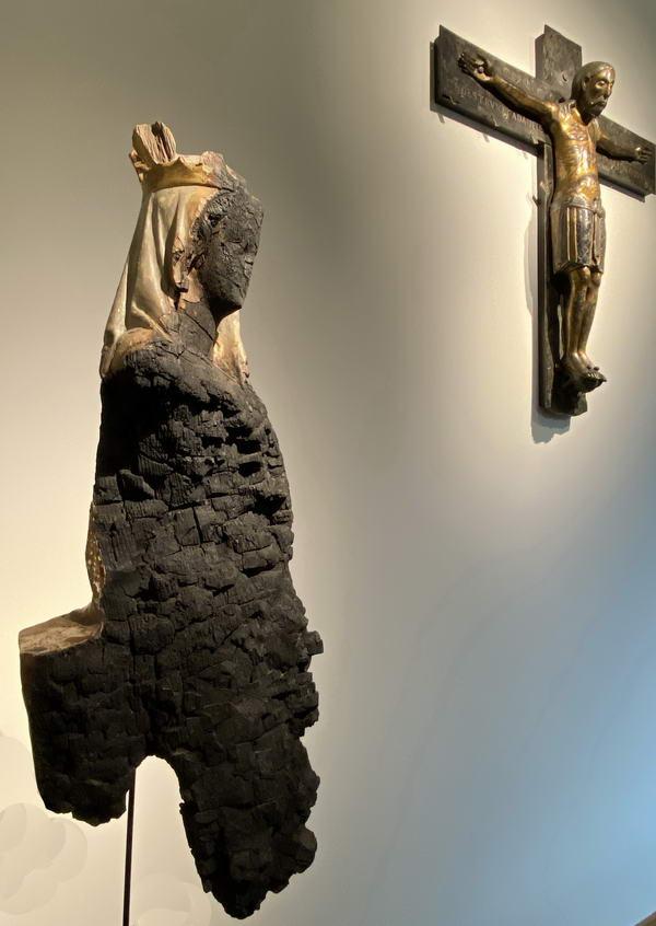 Beim Bombenangriff auf Minden am 28. März 1945 wurde die Marienfigur aus dem 13. Jahrhundert, die im Dom eingelagert war, stark beschädigt und wird für kurze Zeit im Domschatz präsentiert. Foto: DVM