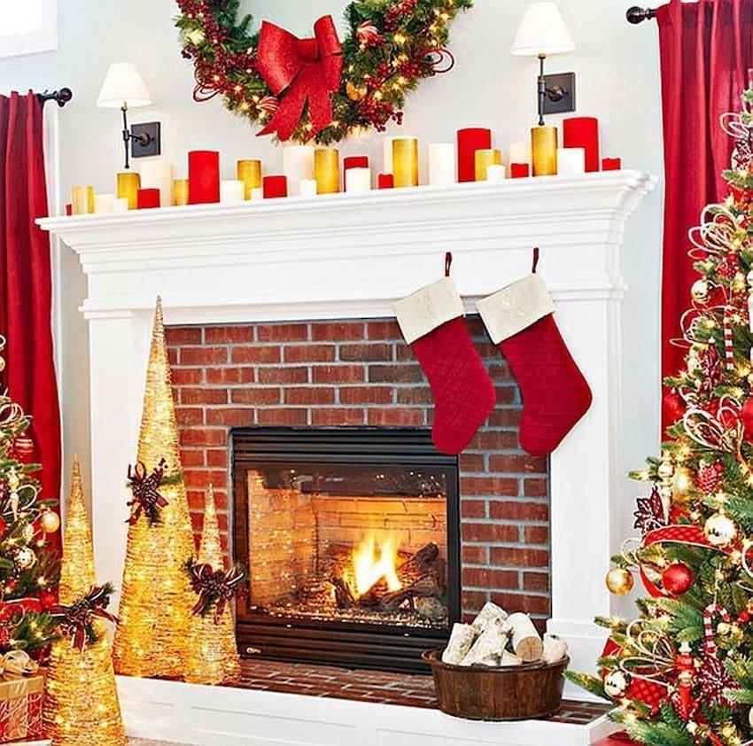 Gabungan indah putih, kuning dan merah di bahagian dalam ruang tamu dengan perapian