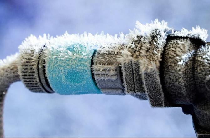 パイプの水が凍ったのは何をすべきか?