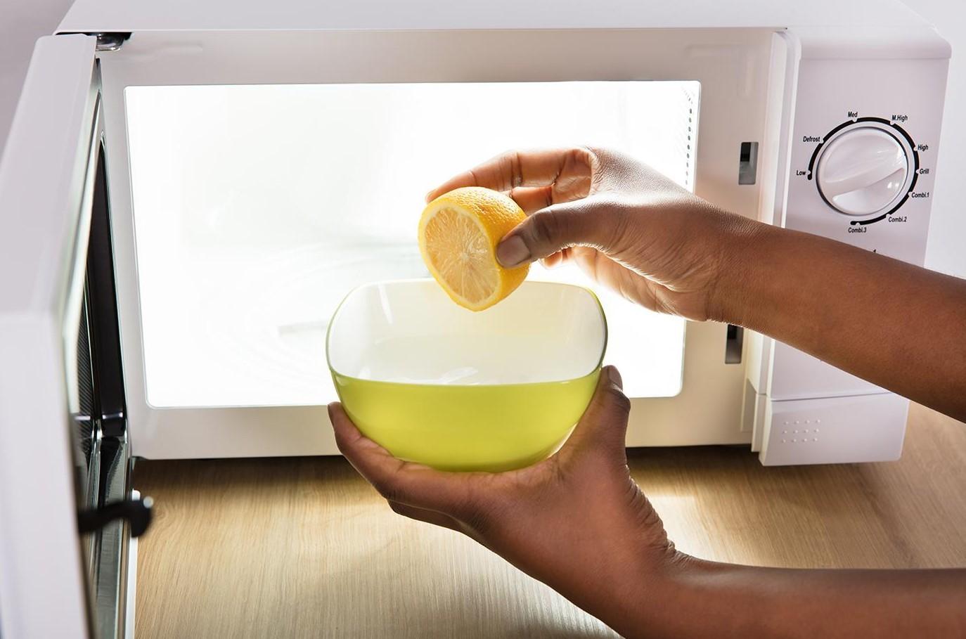 Mikroaaltopuhdistus sitruunamehu
