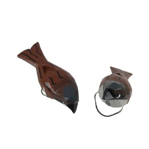 Stojący ptaszek wróbel