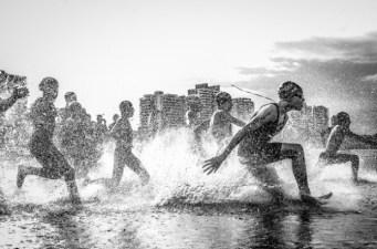 """Sur la plage amazonienne de Ponta Negra à Manaus, au Brésil - """"J'étais à Manaus, en Amazonie, pendant les championnats d'aquathlon (nage et course à pied). J'ai photographié la scène dans l'eau et ma lentille s'est trouvée mouillée. Mais j'étais tellement transporté par l'énergie de ces hommes que je ne me suis pas inquiété."""" — Wagner Araujo"""